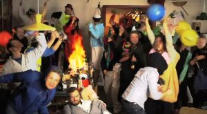 Hey heres another Harlem Shake in the kitchen video and this one is from none other than costume loving British chef Jamie Oliver